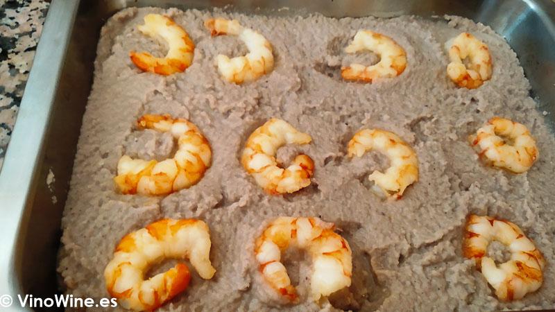 Montando la lasagna con la salsa y las colas de gamba para la Receta de lasagna de pescado de Toni Grimalt