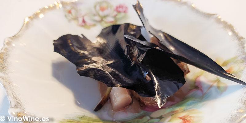 Alcachofa confitada con bagna cauda de ajo negro y sardina ahumada del Restaurante Atalaya en Alcossebre