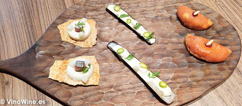 Apertivos de bienvenida ajoblanco con bonito y melon navaja con emulsion de escabeche del Restaurante Arrels en Sagunto
