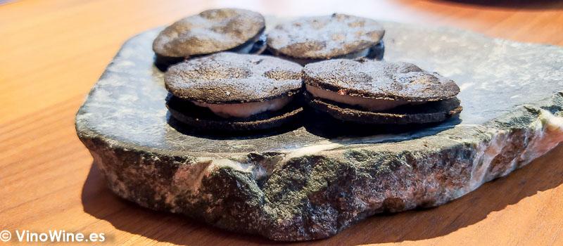 Galleta oreo de ajo blanco y ajo negro del Restaurante L Escaleta en Cocentaina Alicante
