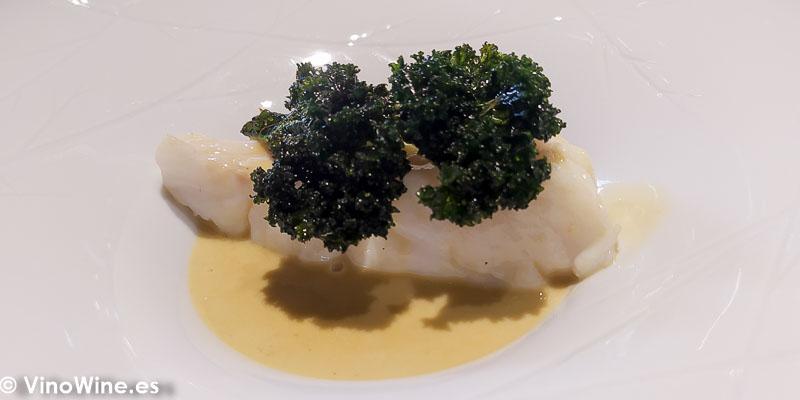 Merluza pilpil de ortiguillas y kale frito del Restaurante Arrels en Sagunto