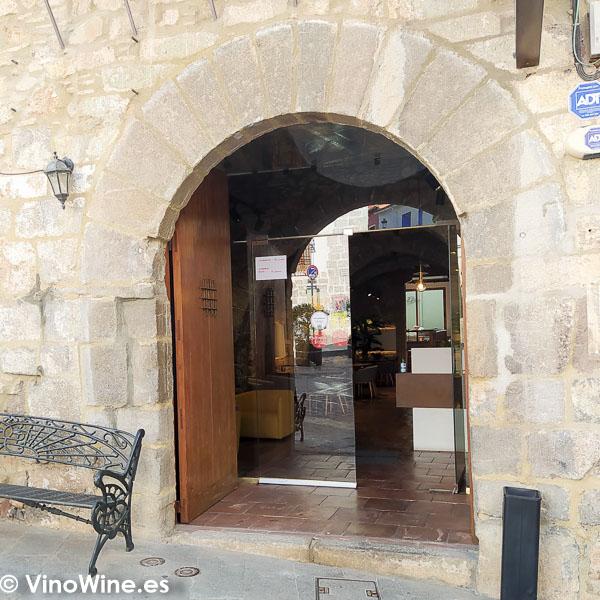Puerta de entrada al Restaurante Arrels en Sagunto