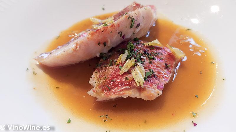 Salmonete bañado con su suquet y anisados del Restaurante L Escaleta en Cocentaina Alicante