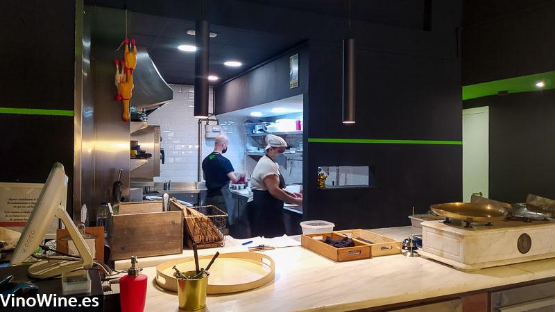 Cocina abierta del Restaurante Gallina Negra de Valencia