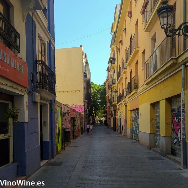 Vista parcial de la calle Roters en Valencia donde se ubica el Restaurante Gallina Negra
